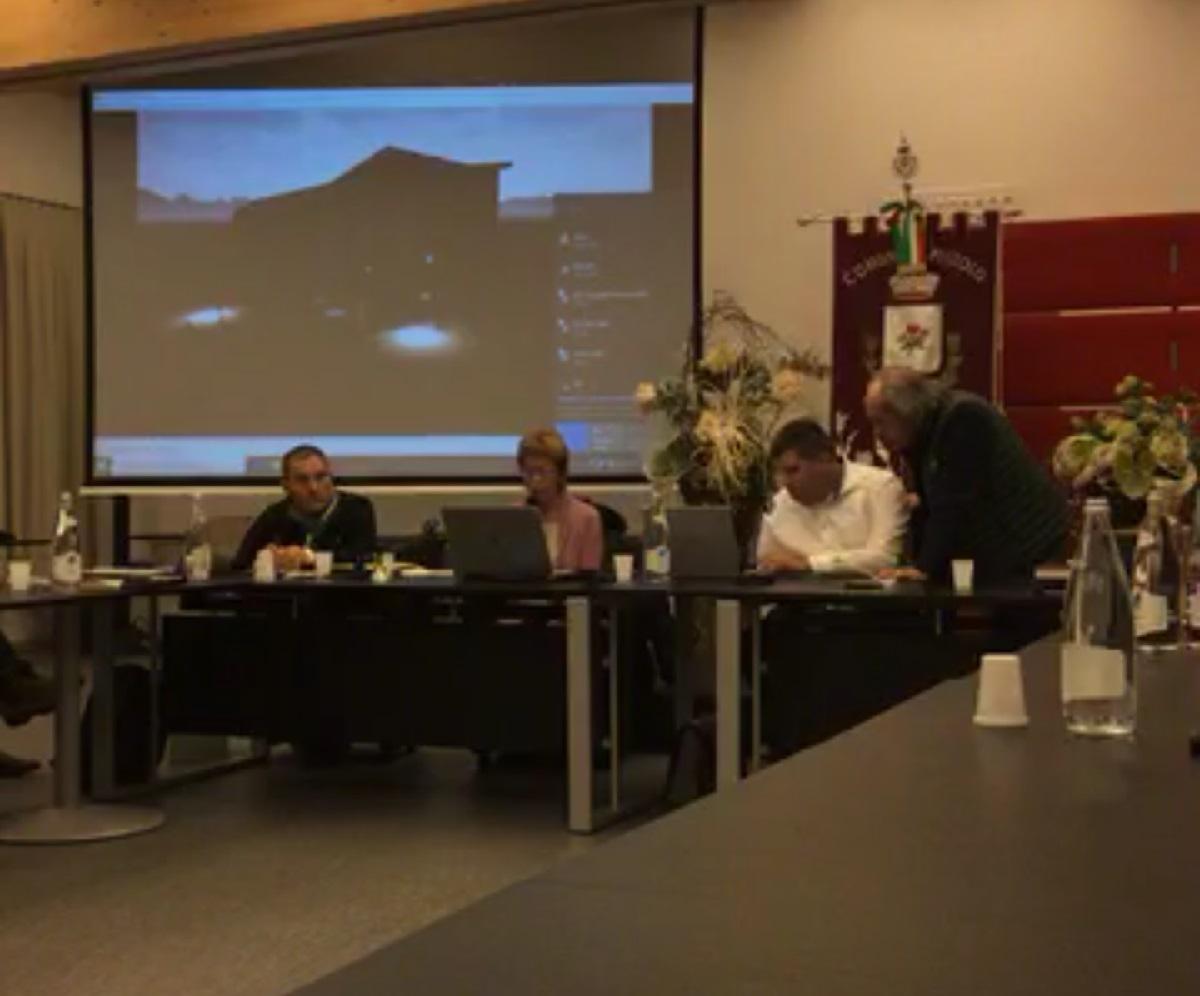 La presidente Fabrizia Caola interviene, a Campiglio, alla seduta aperta del Consiglio comunale