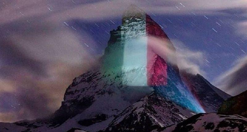 Questo è il versante svizzero del Cervino, illuminato con un grande tricolore. E' un gesto della comunità elvetica per far sentire la propria solidarietà al popolo italiano