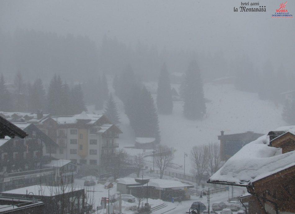 Da poco è in corso una copiosa nevicata su tutta la skiarea Campiglio