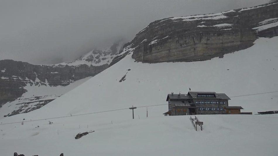 In quota stanno già cadendo i primi fiocchi di neve e, nel corso della giornata di oggi, le nevicate si faranno via via più diffuse