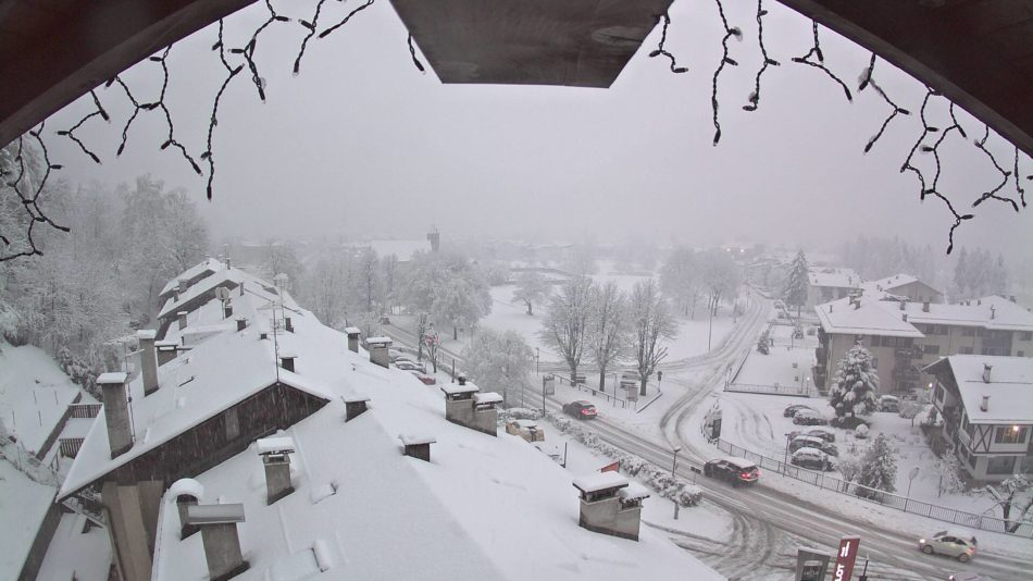 Fortissima nevicata in corso a Pinzolo. A Carisolo è stato attivato alcune ore fa il presidio neve per controllo dotazioni invernali