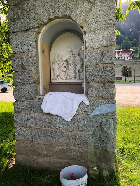 Un ringraziamento ai volontari che hanno ripulito i capitelli della Via crucis di Pinzolo