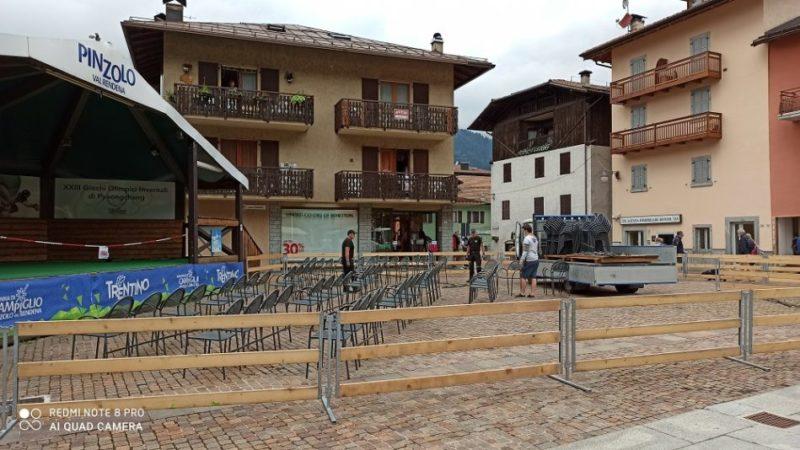 Transenne in legno e posti a sedere distanziati in piazza Carera