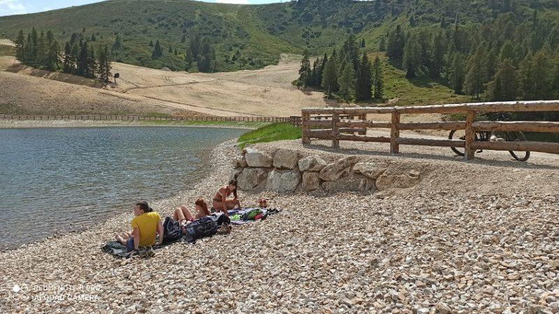 Sulle rive del lago Grual sono arrivati i primi bagnanti