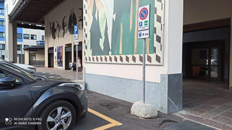"""La colonnina per la ricarica non c'è più ma è rimasto il cartello """"Riservato veicoli elettrici in ricarica""""…"""