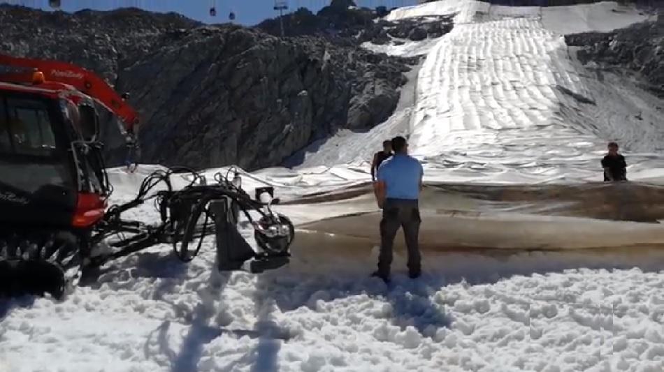 Iniziati i lavori di rimozione dei teli protettivi sul ghiacciaio Presena