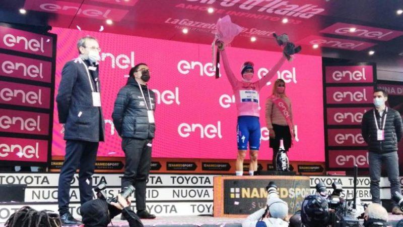 Il presidente Fugatti e l'assessore Failoni sul palco per premiare la maglia rosa