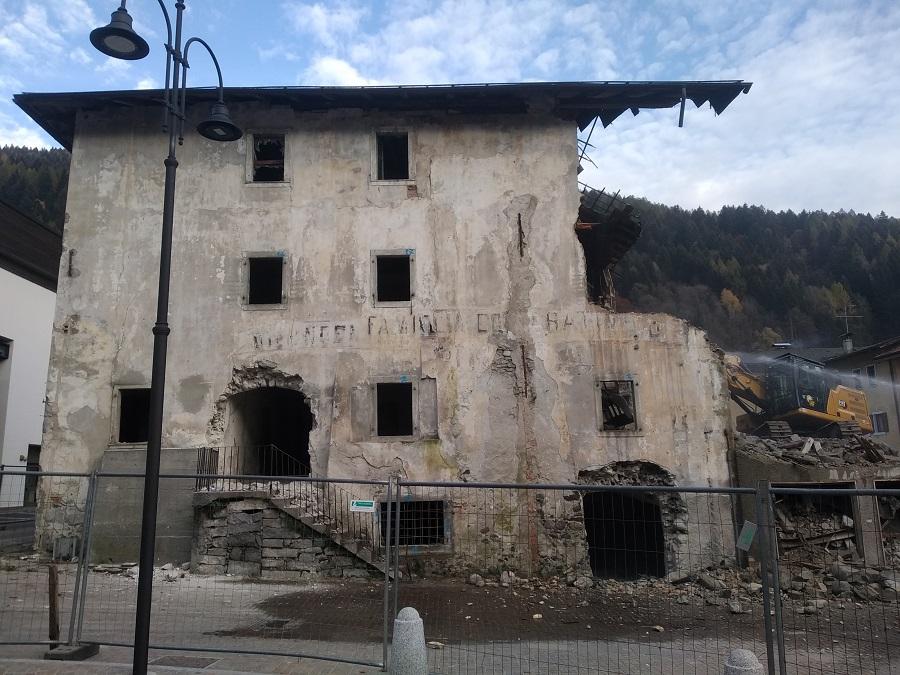 Sono iniziati ieri i lavori di demolizione di Casa Cacam