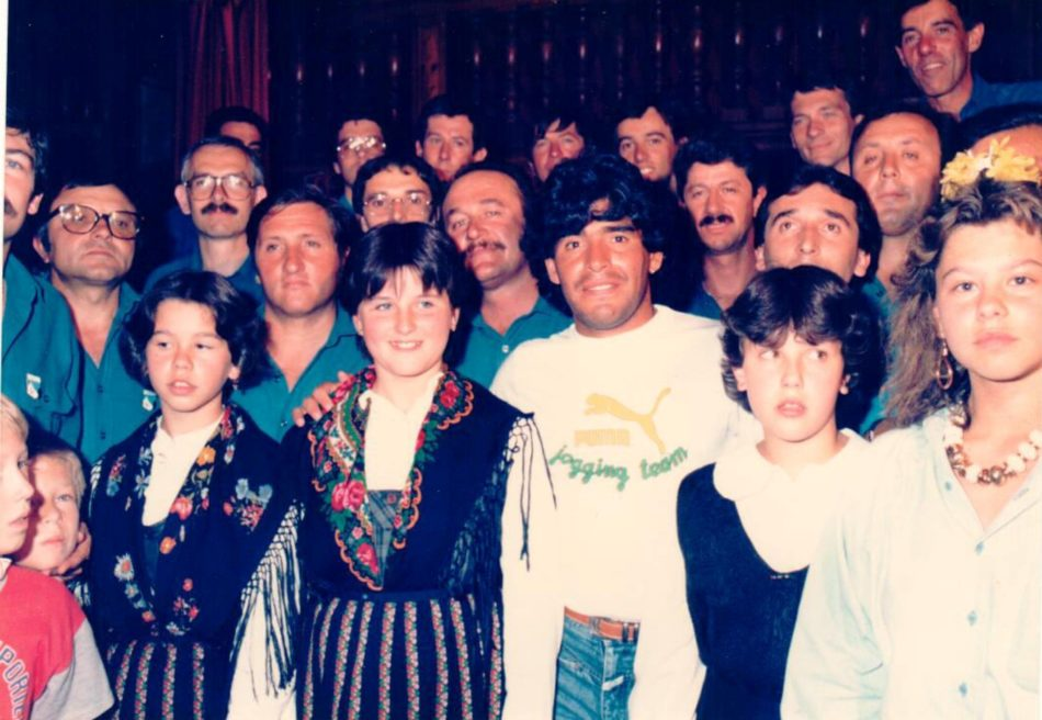 Diego Maradona e il coro Presanella