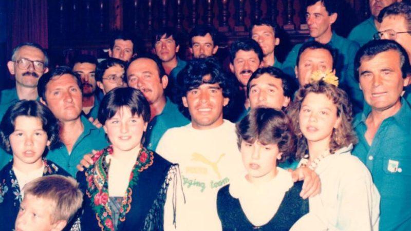 Maradona : dagli azzurri del Napoli agli azzurri del coro Presanella