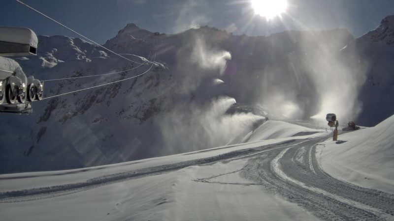 Sul Presena si spara neve giorno e notte per salvare il ghiacciaio