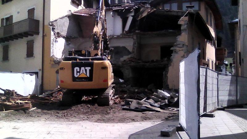 Demolita la vecchia casa in via Collini, nel centro di Pinzolo