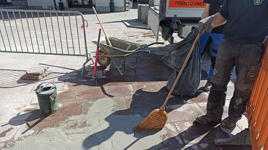 Gli operai del Comune impegnati nella sistemazione delle vie e piazze del centro di Pinzolo