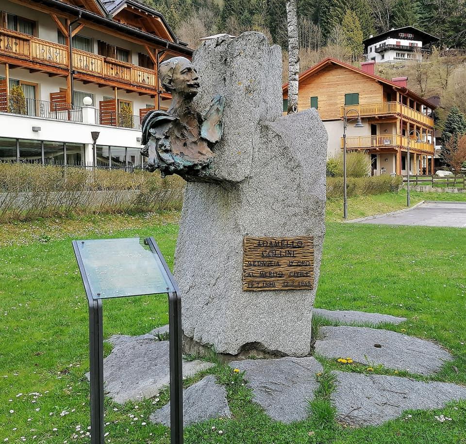 Il monumento dedicato ad Adamello Collini nel parco del Ciclamino