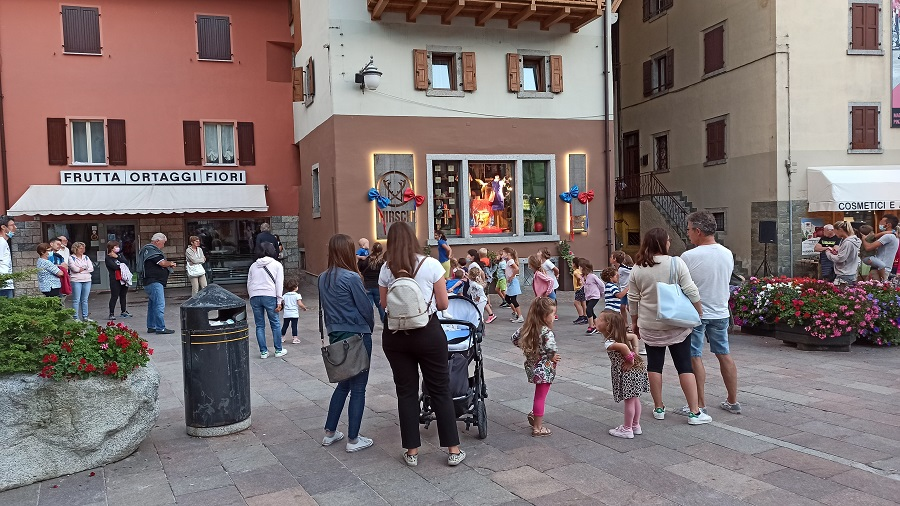 Baby Dance in piazza a Pinzolo