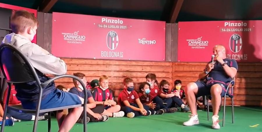 Mister Mihajlović sul palco davanti ai calciatori di domani
