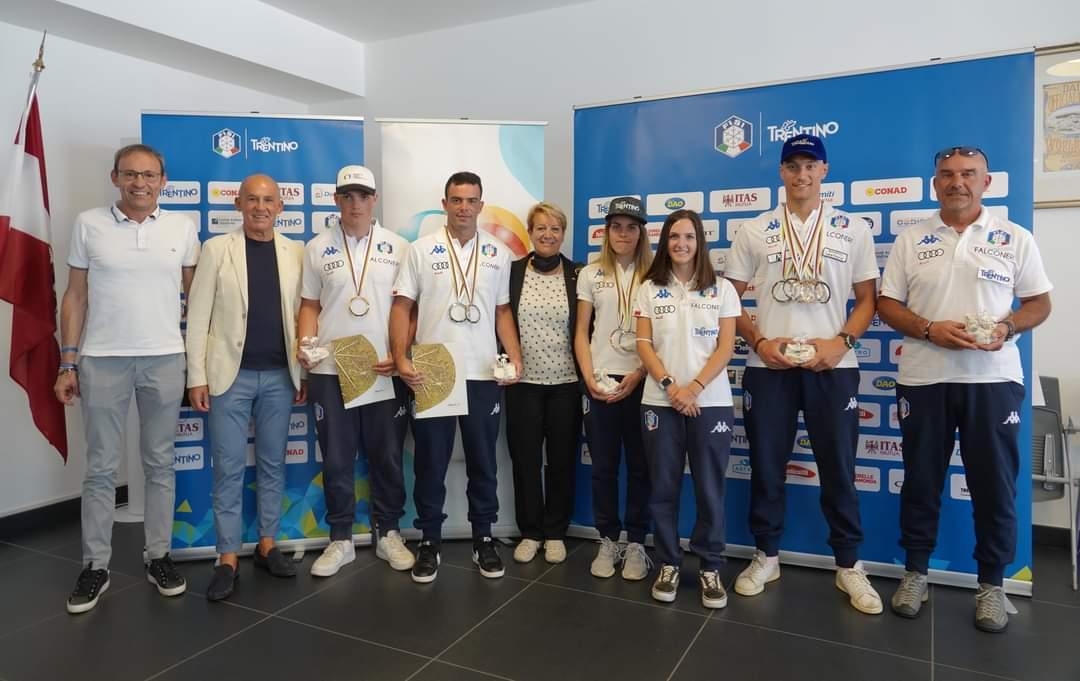 L'assessore Failoni, Paola Mora e Tiziano Mellarini con gli atleti Trentini