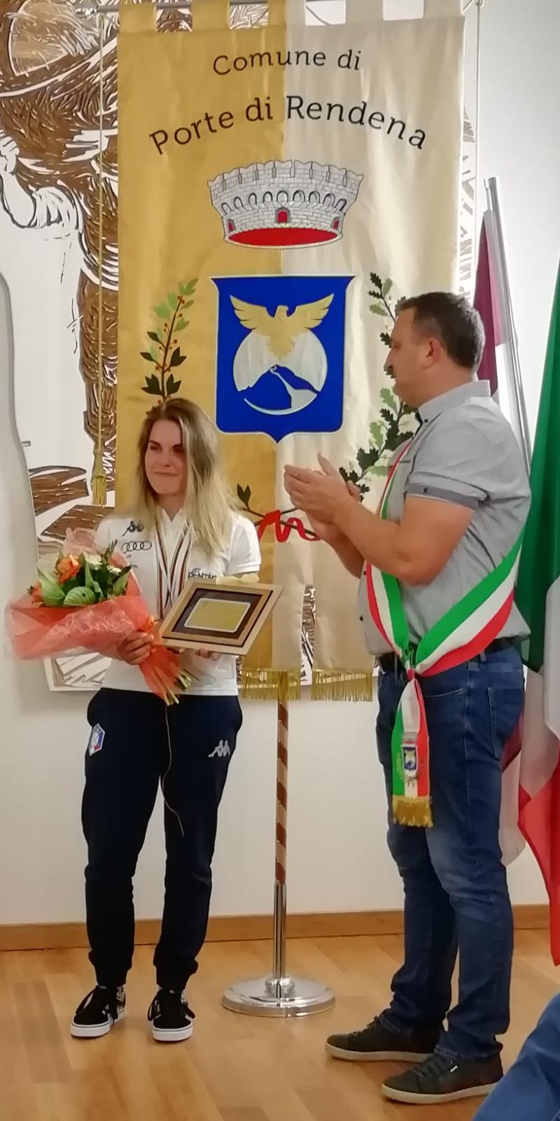 Ambra Gasperi con il sindaco di Porte di Rendena
