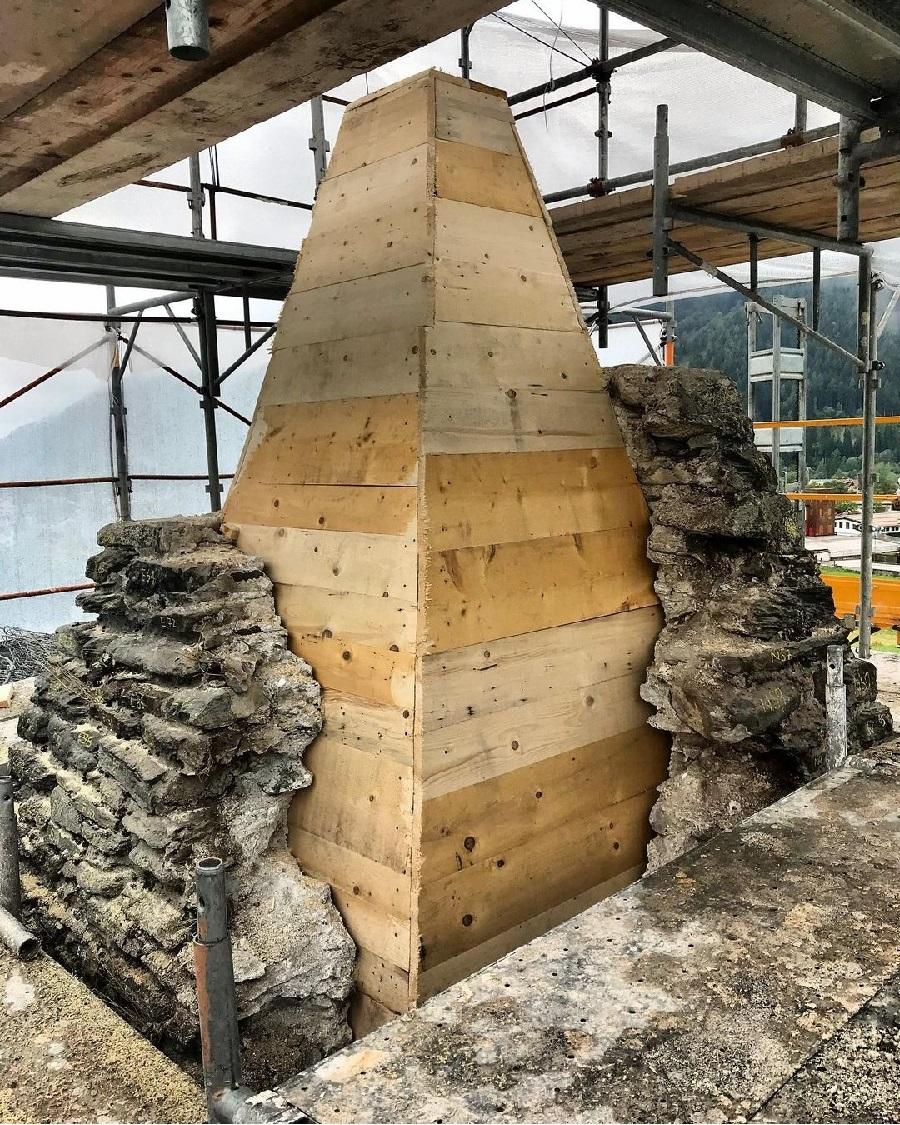 La riparazione della cuspide della chiesa di san Vigilio