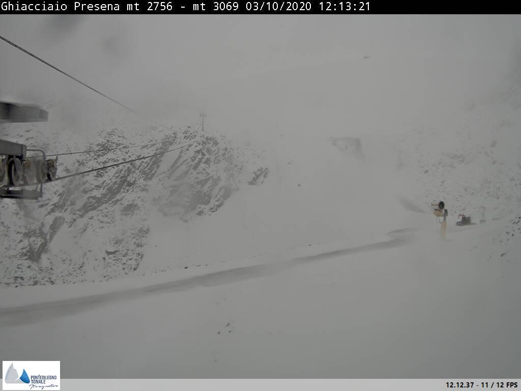 Forte nevicata al Presena mentre al Grostè ancora pioggia