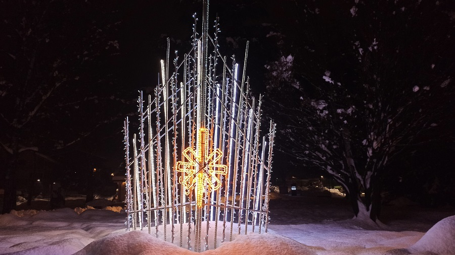 Il logo dell'Apt Campiglio e le luminarie natalizie