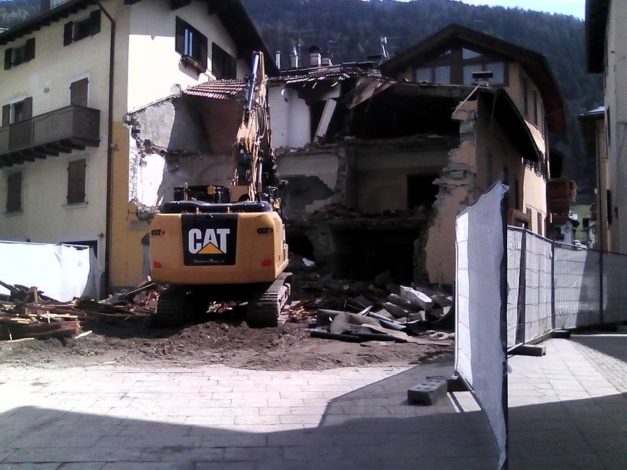 Demolita la vecchia casa in piazza Collini, nel centro di Pinzolo