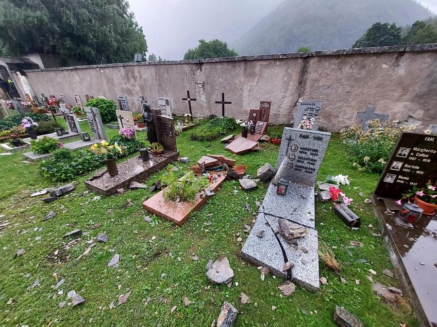 Un fulmine ha colpito il campanile della chiesa di San Vigilio a Pinzolo
